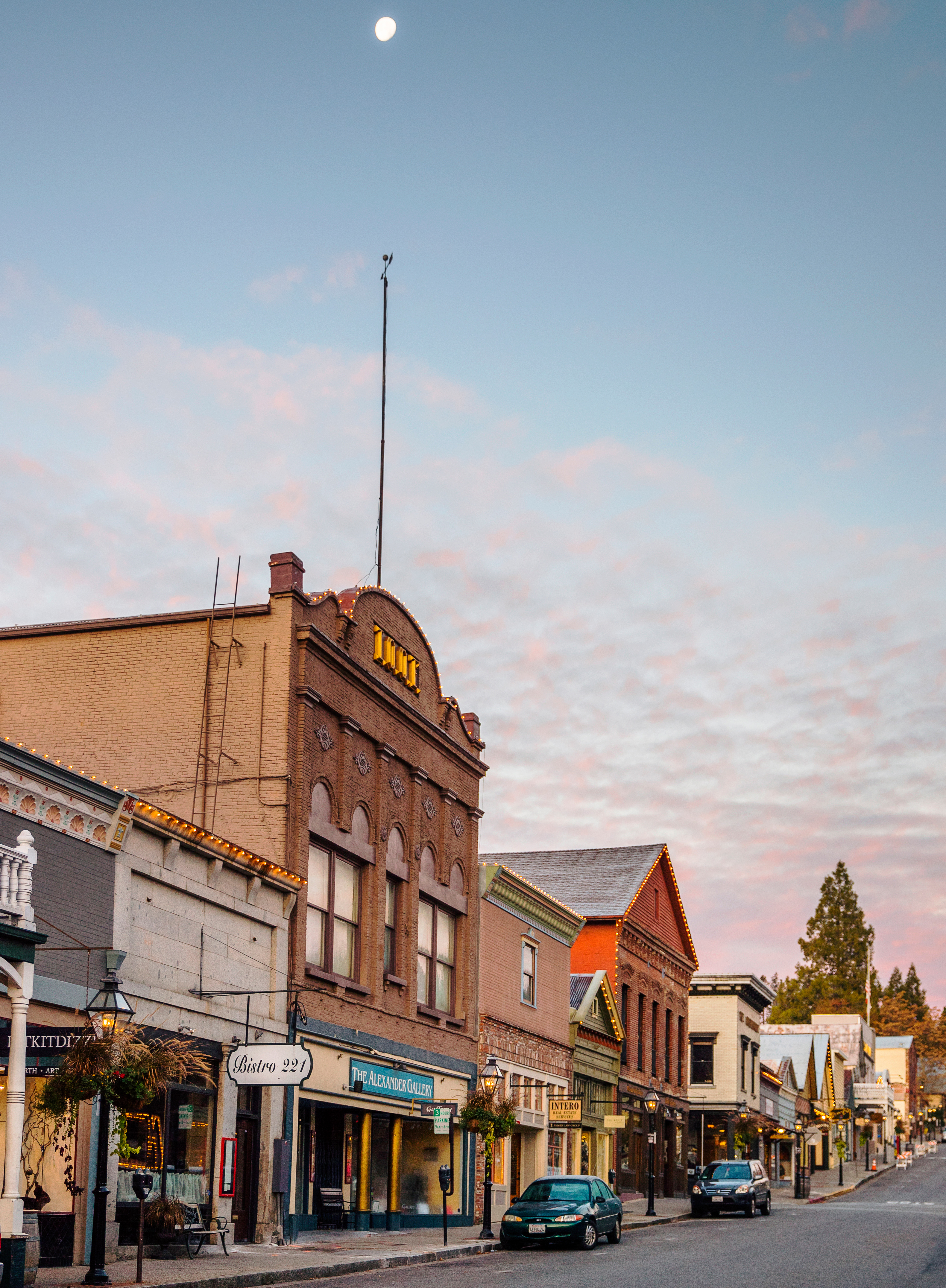 19 best value towns in the west sunset magazine for Best small towns to live in oregon