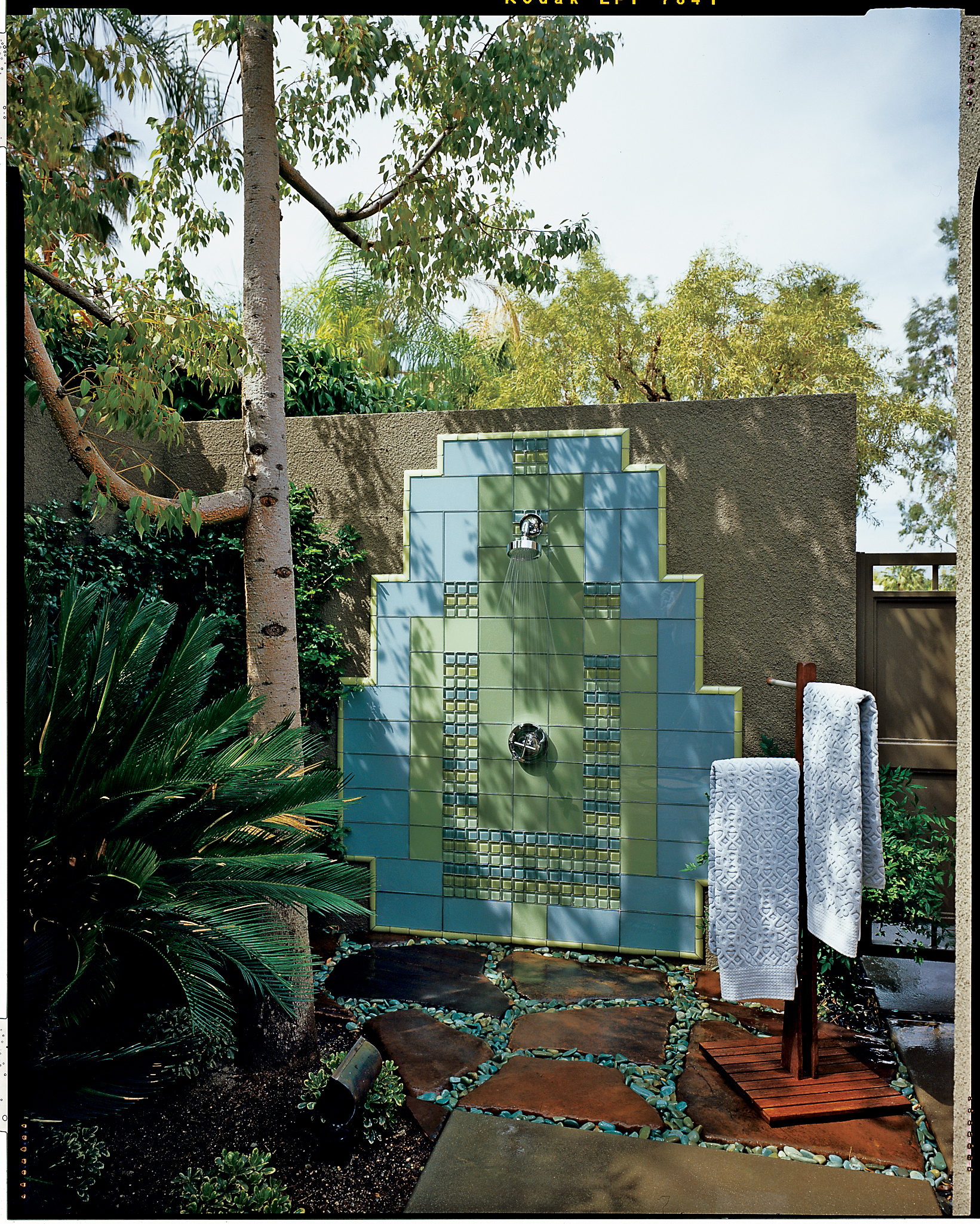 14 refreshing outdoor showers sunset magazine for Outdoor shower tower