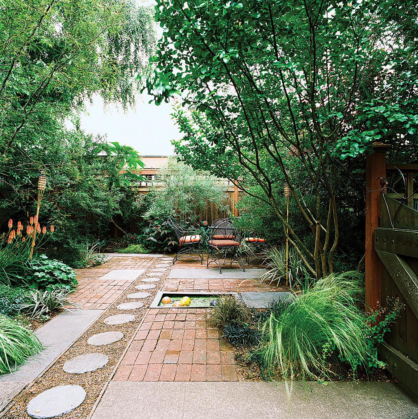 Playful front yard makeover sunset magazine for Pisos para patios y jardines