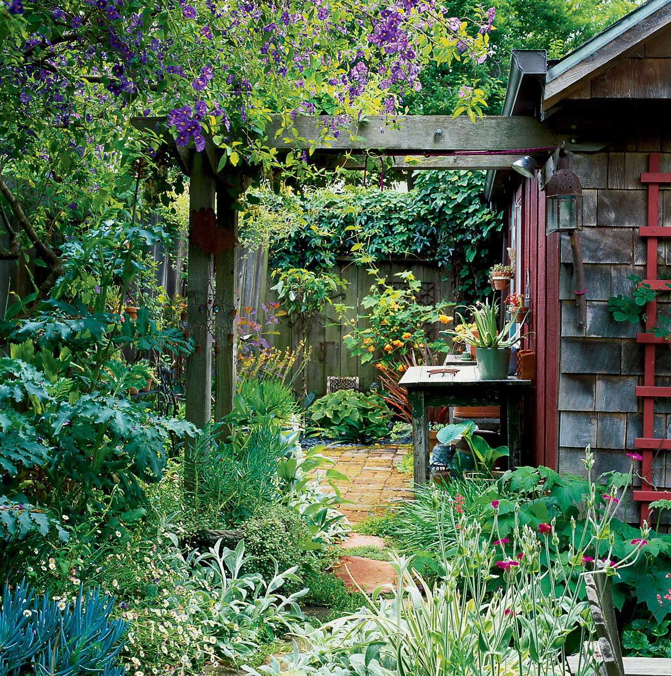 Garden Decor Magazine: Small-yard Secrets