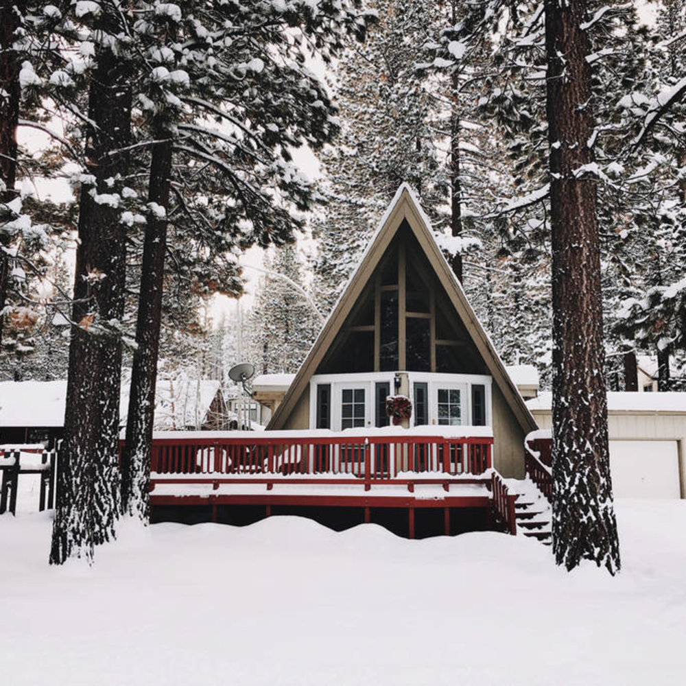 13 best ski vacation rentals sunset magazine for Lake tahoe winter cabin