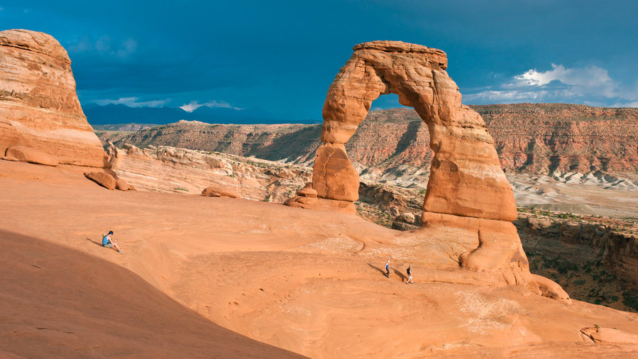 Couple sitting on the rocks along one of the best hikes in Arches Delicate Arch